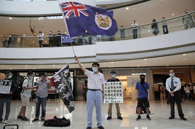 Un manifestant brandit le drapeau colonial de Hongkong, dans un centre commercial de l'île, vendredi 29 mai.