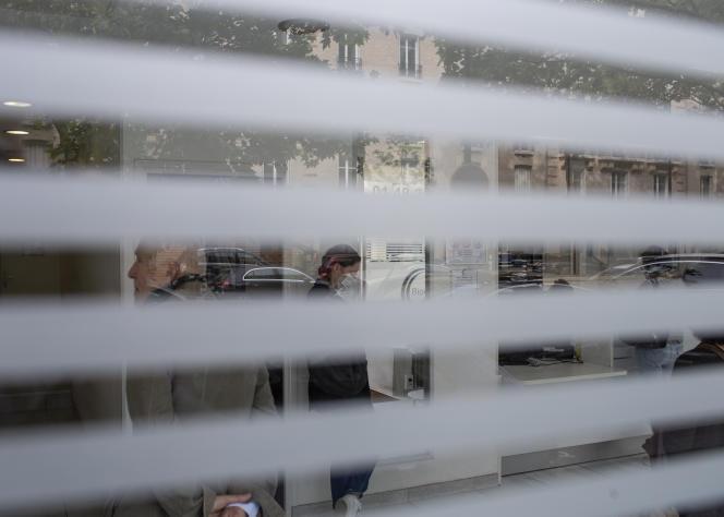 Des patients font la queue à l'intérieur d'un laboratoire de biologie, le 22 mai à Boulogne-Billancourt (Hauts-de-Seine).