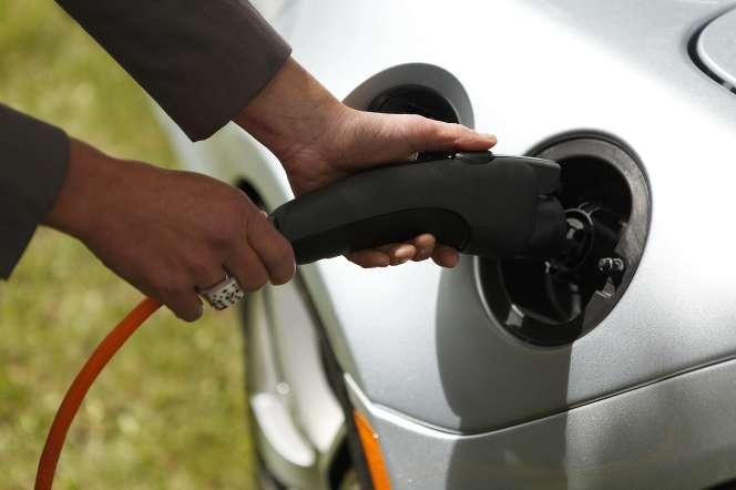 Le gouvernement a annoncé une hausse à 7 000 euros du bonus pour l'achat d'un véhicule 100 % électrique coûtant au maximum 45 000 euros.