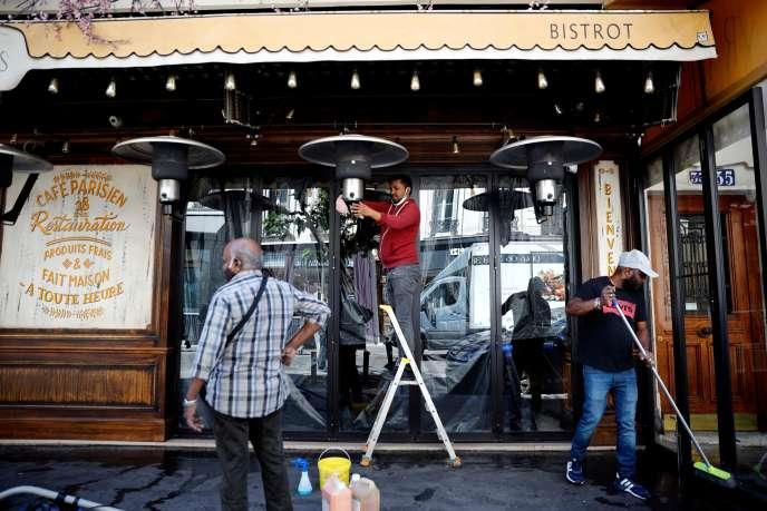 Des employés d'un café parisien préparent la réouverture de leurs terrasses en vue du 2 juin, le vendredi 29 mai.