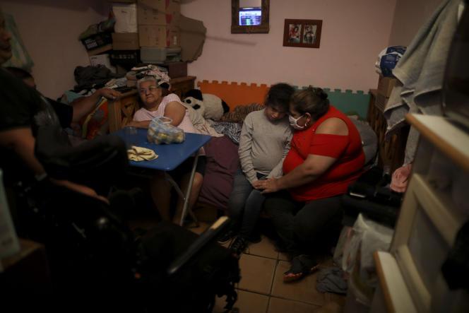 Une mère et sa fille confinées dans la chambre qu'elles partagent avec trois autres personnes, dans un bidonville de Buenos Aires, le 1er mai.