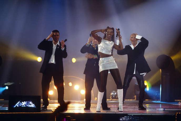 La top-modèle brésilienne Olga Souza «représente» le groupe d'eurodance Corona sur la scène du Palais omnisport de Paris-Bercy, en 1995.