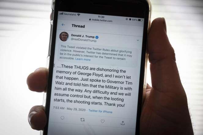 Le message d'avertissement s'affichant au-dessus du tweet de Donald Trump posté vendredi 29 mai, et considéré comme dangereux par Twitter.