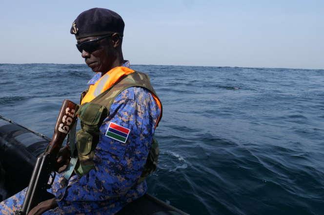 Un garde-côte gambien, depuis un bateau pneumatique, en janvier 2020.