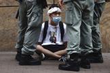 La police retient un manifestant, à Hongkong, le 27 mai.
