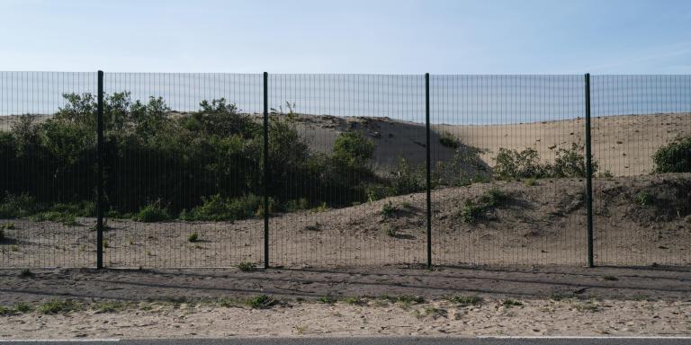 Calais, le 27 mai 2020. Dans la Zone Industrielle des Dunes.  Route de Gravelines, des centaines de mètres de grillage pour empècher les personnes migrantes de s'installer