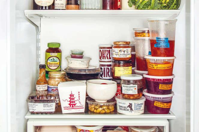 Dans le frigo de Jessica Koslow : vin français, radis, restes de riz basmati indien et beaucoup de confitures maison.