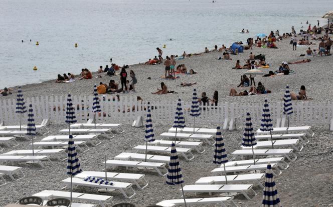 Sur la plage de la promenade des Anglais, à Nice, samedi 30 mai 2020.