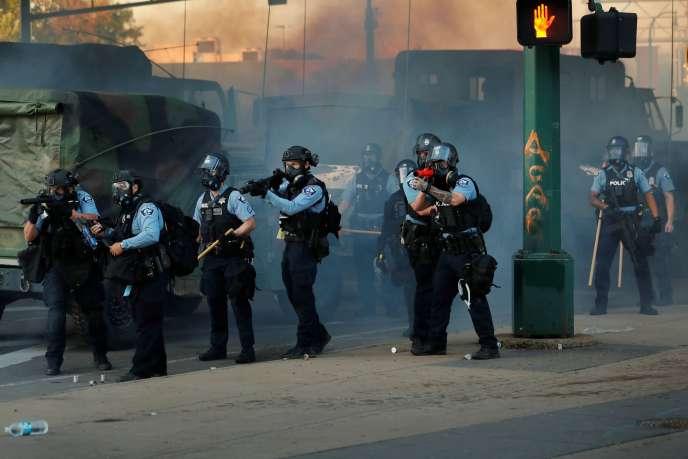 Des policiers à Minneapolis, le 29 mai.