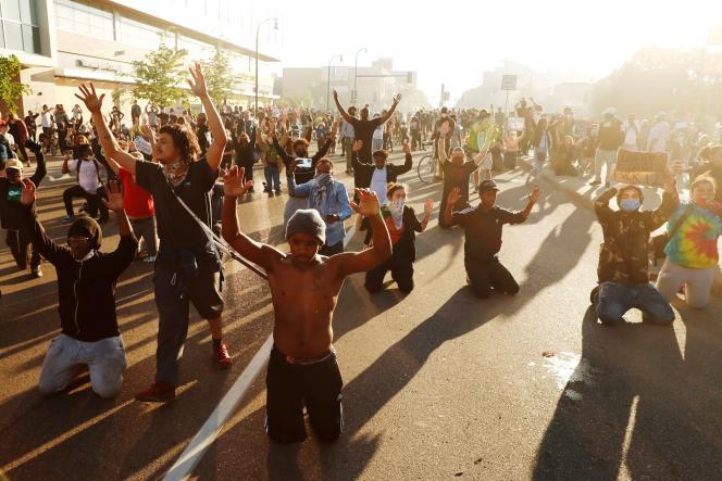 Des manifestants à Minneapolis, dans l'Etat américain du Minnesota, vendredi 29 mai.
