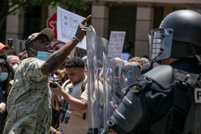 Un manifestant face aux forces de l'ordre, à Minneapolis (Minnesota), le 30 mai.