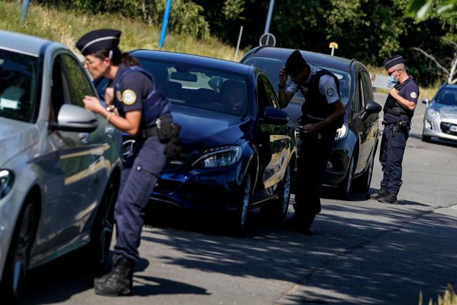 Contrôle de police près de la frontière franco-belge, le 30 mai.