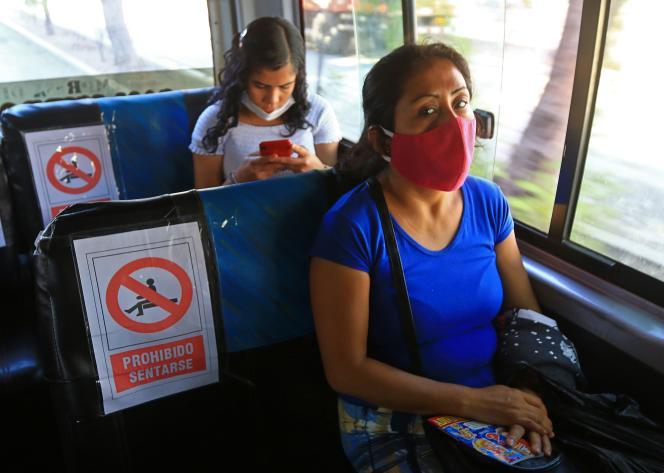 Les règles de sécurité sanitaire sont appliquées dans ce bus péruvien, à La Libertad, vendredi 29 mai.