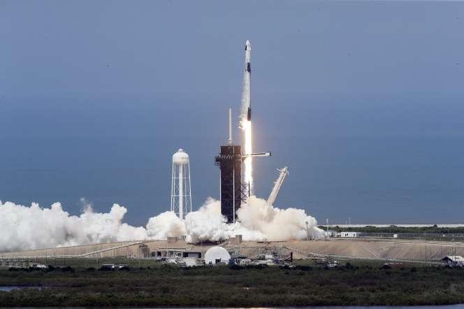 Décollage de la fusée Falcon-9 de SpaceX, avec à son bord deux astronautes américains,au centre spatial Kennedy en Floride, 30 mai.