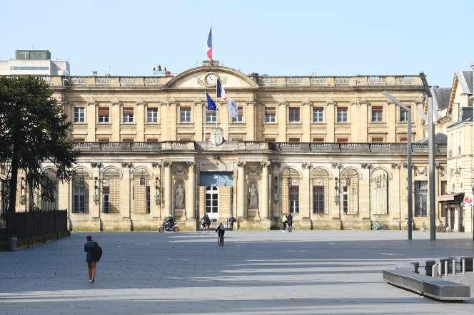 Devant l'hôtel de ville de Bordeaux, en mars 2020.