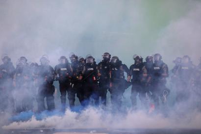 Les agents ont tiré des fumigènes et des grenades assourdissantes pour éloigner les manifestants d'un commissariat de Minneapolis, samedi 30 mai.