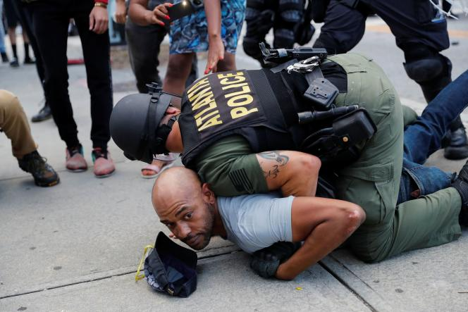 Un homme est interpellé par la police pendant une manifestation contre la mort de George Floyd, à Atlanta (Géorgie), le 30 mai.