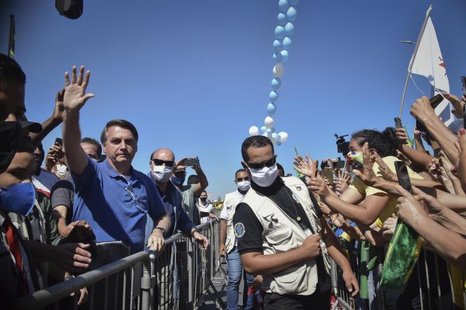 JairBolsonaro salue la foule à l'extérieur du palais présidentiel, à Brasilia, dimanche 31 mai.