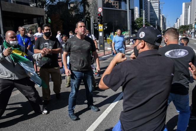 Affrontements à Sao Paolo entre partisans du président Jair Bolosonaro et des opposants, dimanche 31mai.