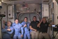 Doug Hurley (à droite) et Bob Behnken (deuxième en partant de la droite) lors de leur arrivée à bord de l'ISS, dimanche 31 mai.