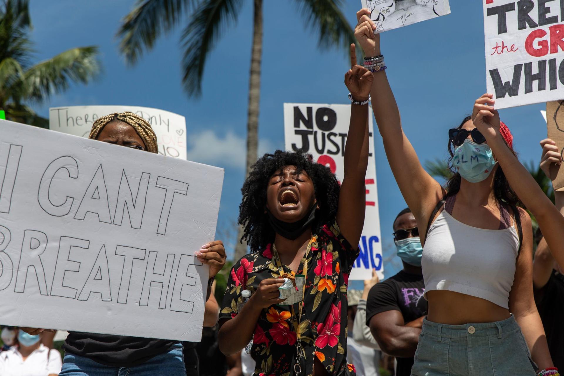 Des manifestants protestent en chantant, à Bayfront Park, dans le centre-ville de Miami (Floride), le 30mai 2020.