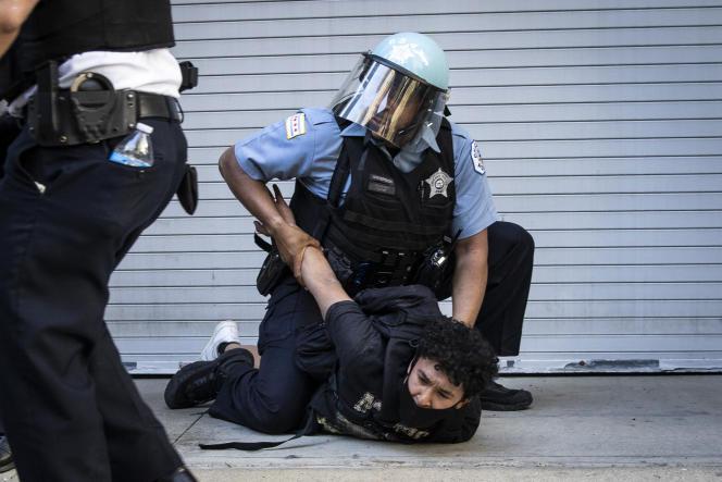 Un manifestant est plaqué au sol, le 30 mai à Chicago.