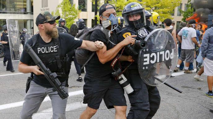 Un photojournaliste est repoussé par la police, lors d'une manifestation contre les violences policières, le 30 mai à Salt Lake City (Utah).