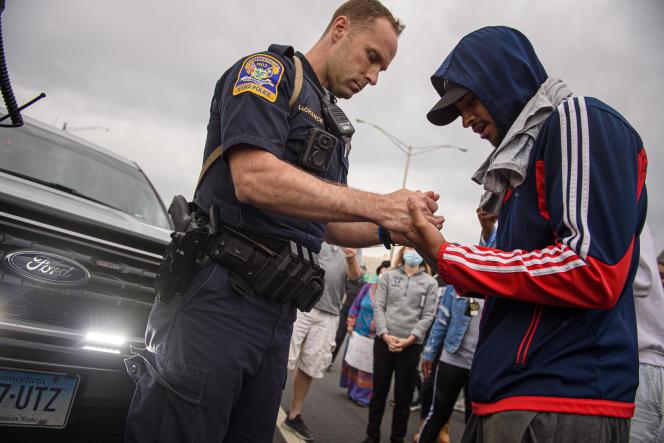Un « state trooper» du Connecticut prie avec un manifestant, au milieu de l'Interstate84, fermée à l'occasion d'une manifestation à la mémoire de George Floyd, le 1er juin 2020.