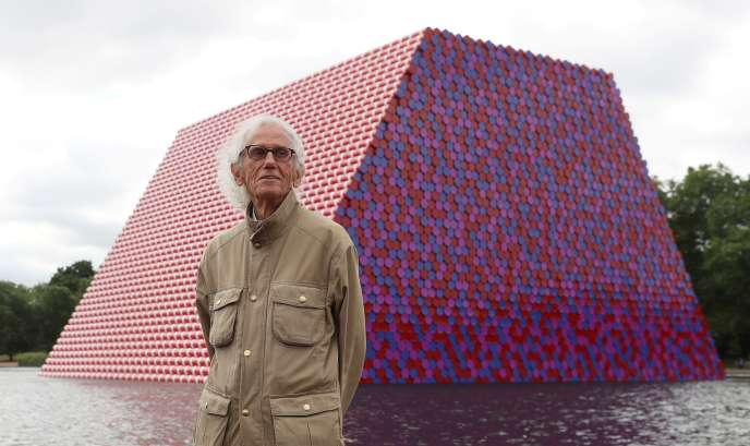 L'artiste Christo, devant son oeuvre « The London Mastaba », le 18 juin 2018 à Londres.