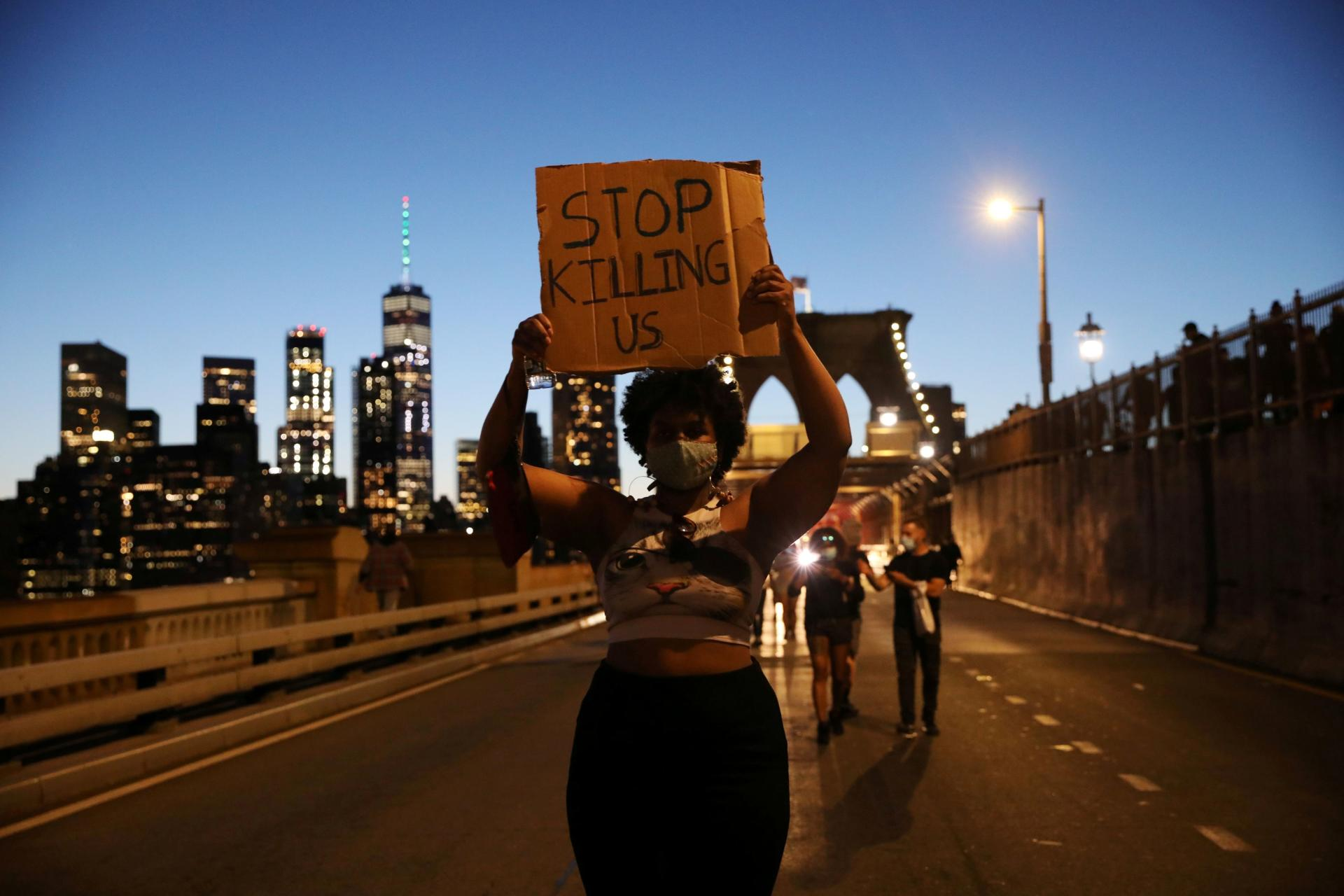 Des manifestants se sont également réunis à New York et ont défilé sur le Brooklyn Bridge, le 31mai 2020.