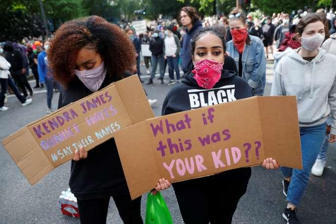 Manifestantes à Portland (Oregon), lors d'un rassemblement en hommage à George Floyd, le 31mai 2020.
