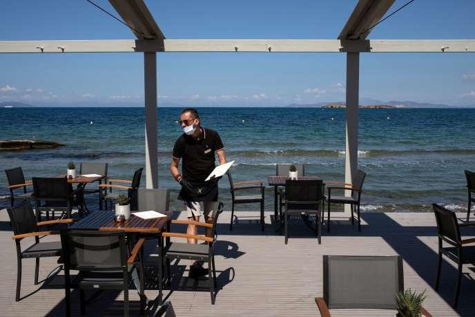 Un employé de l'hôtel Divani Apollon Palace le jour de la réouverture de l'établissement, à Athènes, le 1er juin.