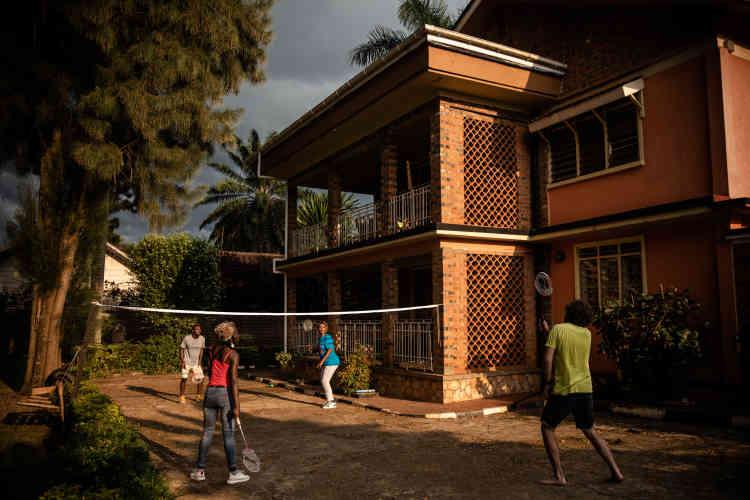 Partie de badminton à la villa du label Nyege Nyege, à Kampala, en janvier 2020.