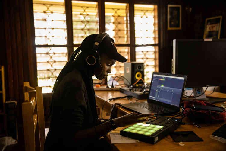 Charlotte, DJ ougandaise débutante, en plein apprentissage.