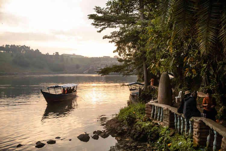 Au petit matin, les festivités se prolongent au bord de la source du Nil.
