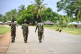 Des soldats de l'armée mozambicaine en patrouille à Mocimboa da Praia après une attaque par un groupe armé, le 7 mars 2018.