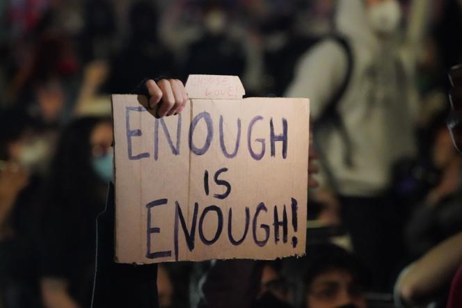 « Trop c'est trop», peut-on lire sur une pancarte lors d'une manifestation à New York le 31 mai, protestant sur les circonstances de la mort deGeorge Floyd, tué six jours plus tôt à Minneapolis.