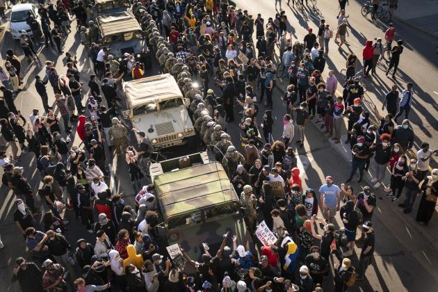 Vendredi 29 mai 2020, alors que la garde nationale roulait vers un blocage organisé dans la station de tramways de Minneapolis. Des manifestants ont encerclé plusieurs de leurs véhicules pour les forcer à reculer.