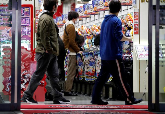 Une salle dePachinko(billard électrique nippon) fréquentée malgré l'état d'urgence sanitaire, à Tokyo, le 22 avril.