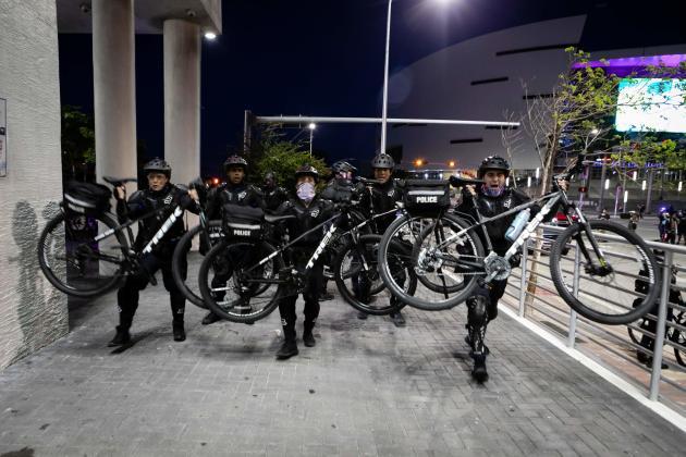 A Miami,en Floride, des policiers utilisent leur vélo pour empêcher les manifestants d'avancer, le 31mai 2020.