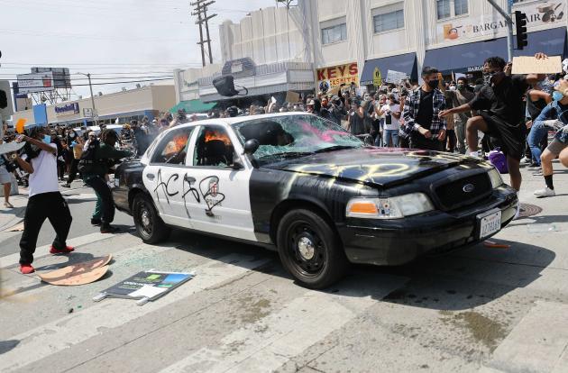 Une voiture de police taguée, détruite et incendiée par des manifestants, à LosAngeles (Californie), le 30mai 2020.