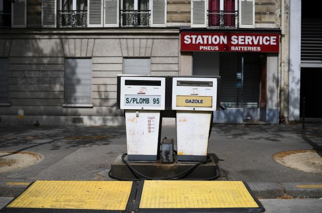 Une station-service, le 17 avril à Paris.