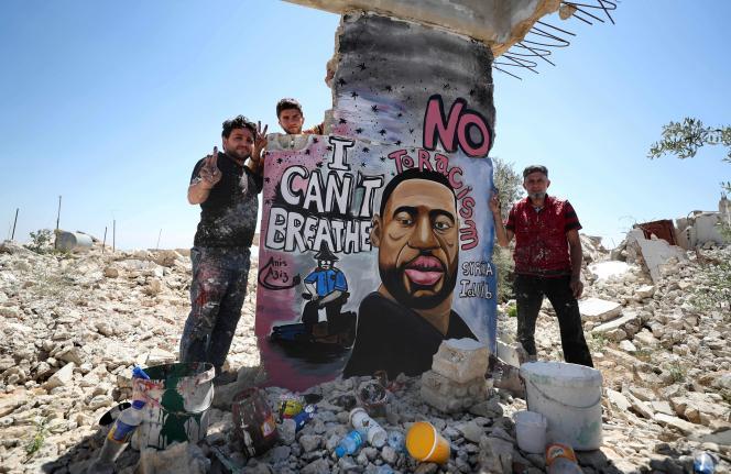 Aziz Asmar et Anis Hamdoun à proximité de leur portrait de George Floyd.