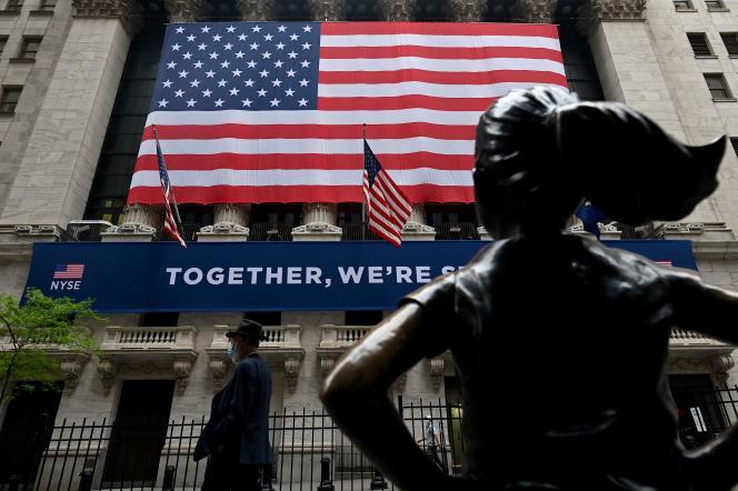 Un panneau sur lequel est écrit« Together, we are strong» (« Ensemble, nous sommes forts») est affiché sur la façade de la Bourse de Wall Street, à New York, le 26 mai.