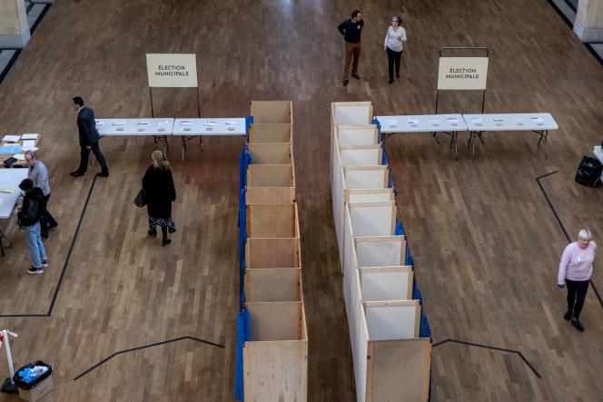Dans un bureau de vote, à Lyon, le 15mars 2020.