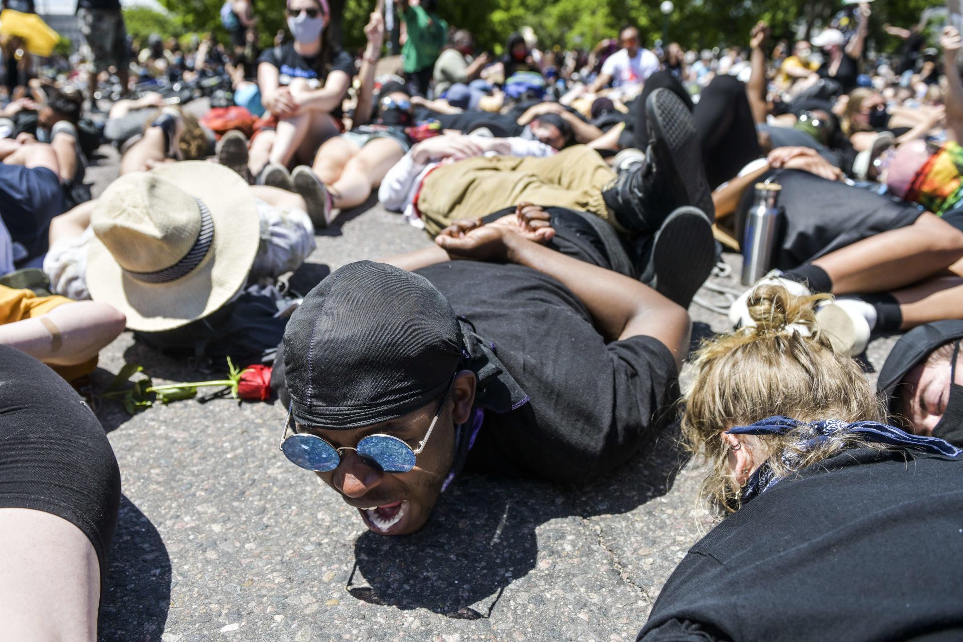 Un manifestant, entouré de milliers d'autres personnes, à côté du Colorado State Capitol, à Denver, le 30 mai 2020, crie«Je ne peux pas respirer», comme l'avait dit George Floyd au policier lors de son arrestation.
