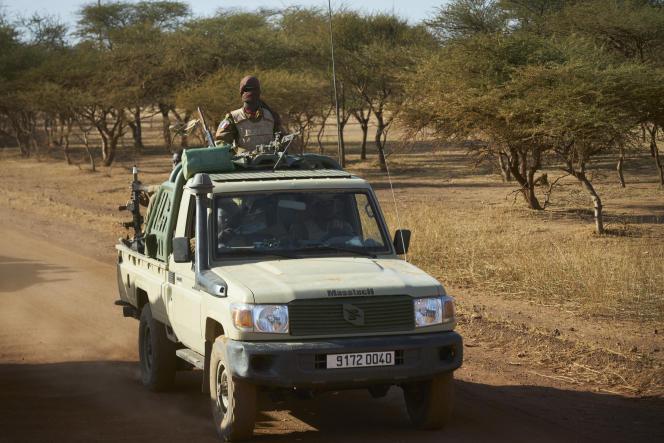Une patrouille de l'armée burkinabée dans la province du Soum, dans le nord du Burkina Faso, en novembre 2019.