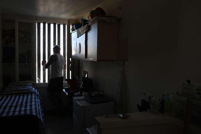 Un prisonnier dans sa cellule, à la maison centrale de Poissy (Yvelines), en 2019.