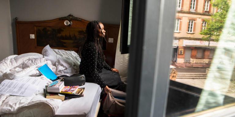 Portraits et ambiance d'un hôtel peuplés de personnages démunis de tout par le 115 (Samu social), durant la prériode de confinement due au Virus Covid 19. Marie dans la chambre qu'elle partage avec sa fille Julienne. Pendant que cette dernière fait ses devoirs, elle tente de maintenir l'espace en ordre.