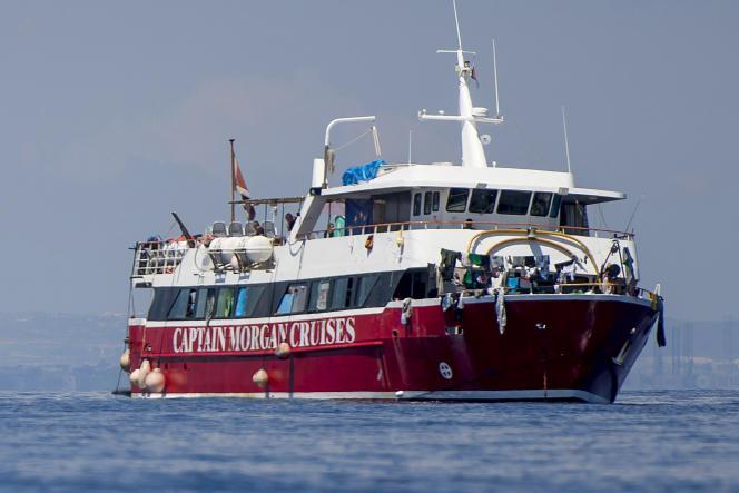 Des migrants sèchent leurs vêtements à bord d'un bateau de tourisme à une vingtaine de kilomètres de Malte, le mardi 2 juin 2020.